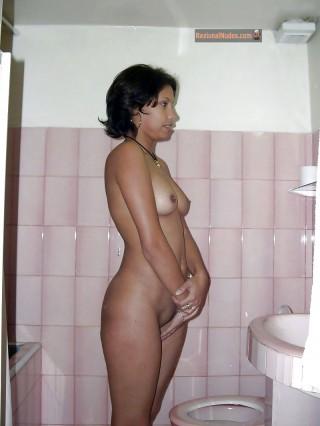Qatari Woman Posed Naked in Bathroom